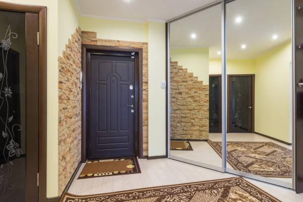 großzügige eingangshalle in der wohnung mit einbauschrank und riesige spiegel - laminat günstig stock-fotos und bilder