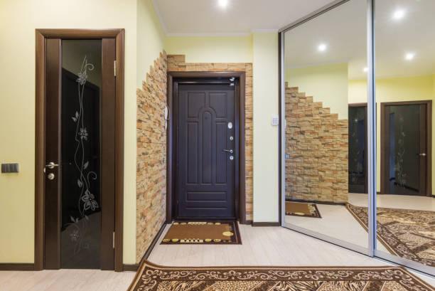 großzügige eingangshalle in der wohnung mit einbauschrank und spiegeln - laminat günstig stock-fotos und bilder