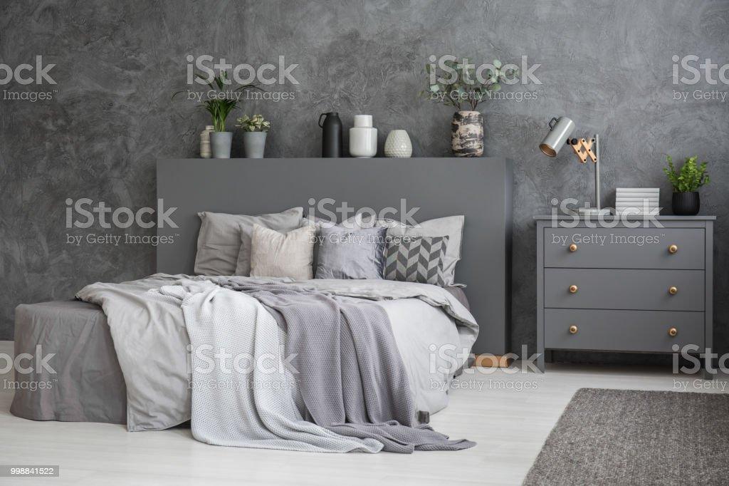 Intérieur Spacieux Chambre Grise Et Blanche Avec Un Grand Lit Avec Literie,  Couvertures Et Oreillers