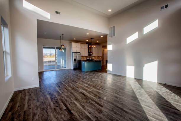 geräumiges wohnzimmer und küche in einem neuen haus - outdoor esszimmer stock-fotos und bilder