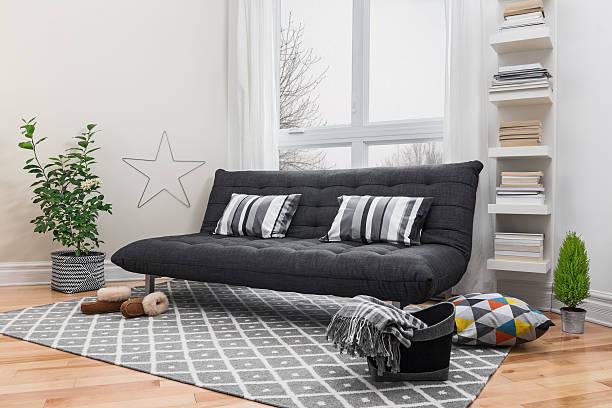 geräumiger wohnbereich mit modernem dekor - stoffregal stock-fotos und bilder
