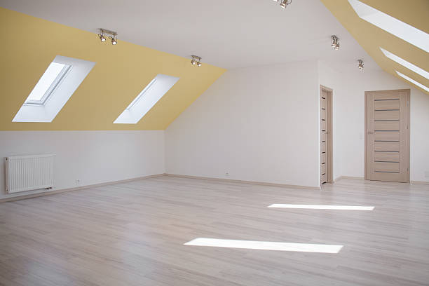 geräumige loft im modernen haus - dachschräge einrichten stock-fotos und bilder
