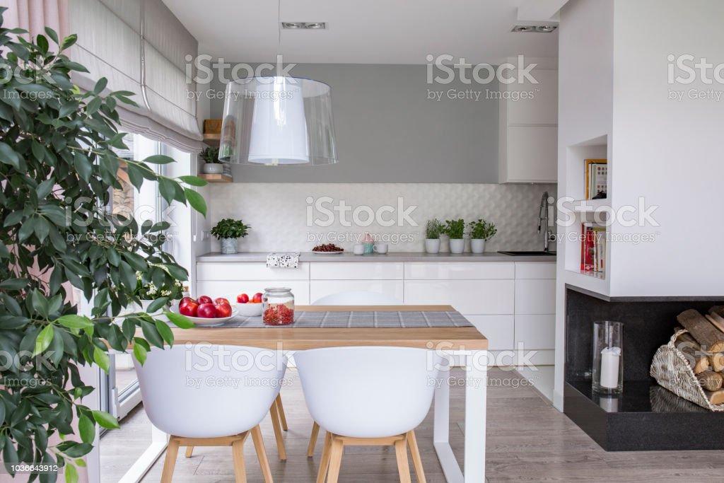 Interior De Cocina Abierta Amplio Espacio Con Armarios Blancos Y Un ...