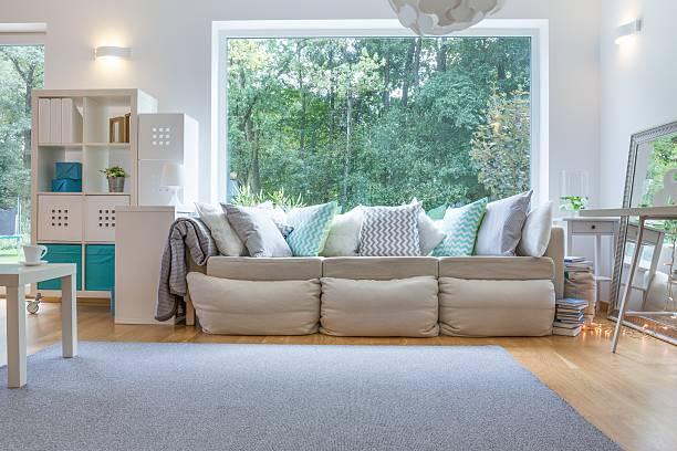 geräumige ort zum entspannen - große wohnzimmer stock-fotos und bilder