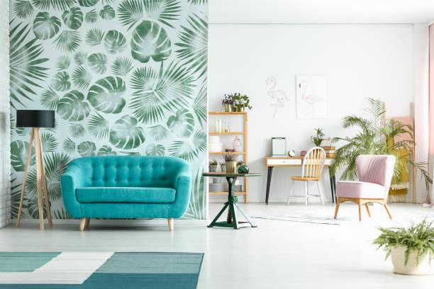 geräumiges zimmer mit blauen couch - sessel türkis stock-fotos und bilder