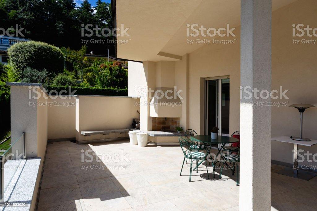 Großzügige Terrasse Moderne Villa Mit Blick Auf Den See ...
