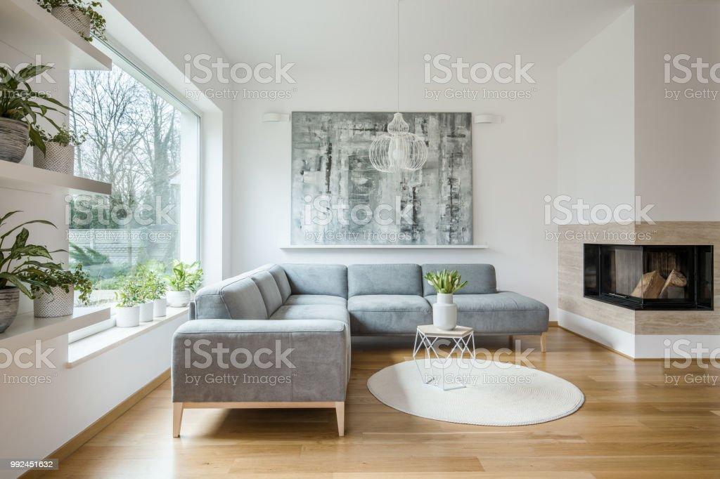Weiße wohnzimmer interieur mit grauen ecke sofa große moderne kunst