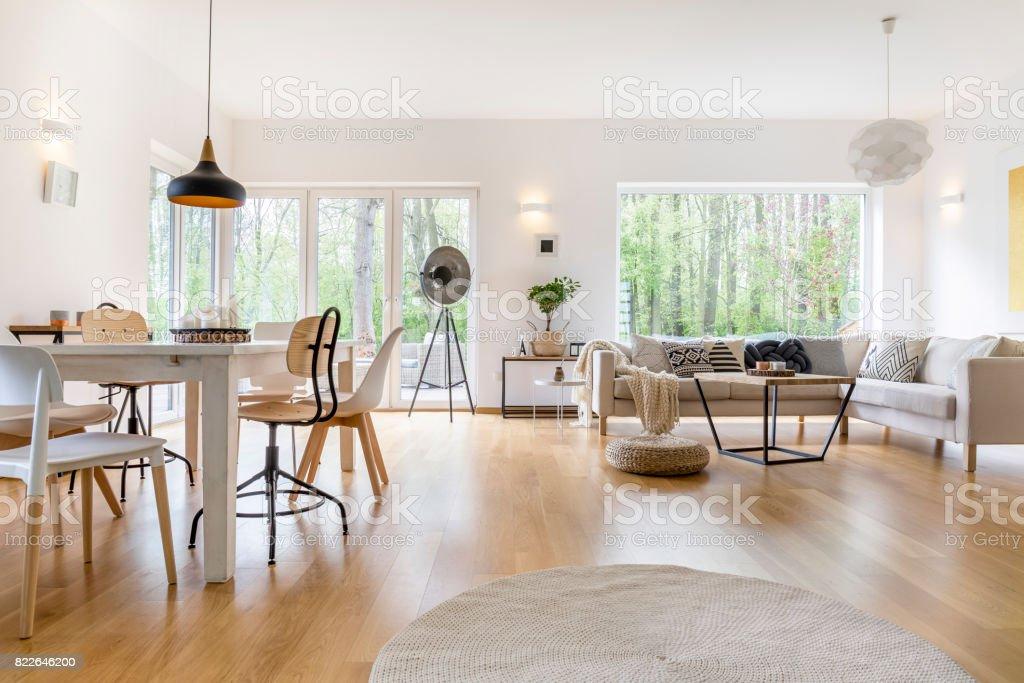 Geräumiges Zimmer in weiß Lizenzfreies stock-foto