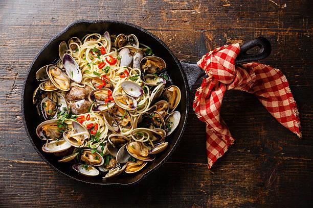 spaghetti alle vongole in frying pan - pasta vongole bildbanksfoton och bilder