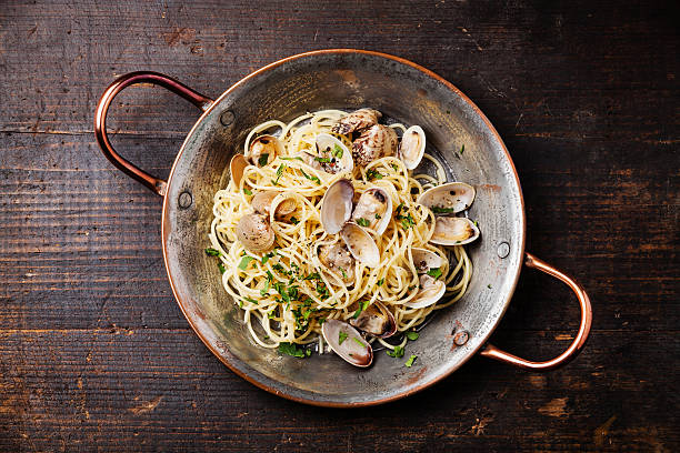 spaghetti alle vongole - pasta vongole bildbanksfoton och bilder