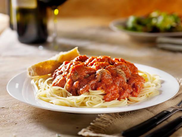 spaghetti und frikadellen - weinsoße stock-fotos und bilder