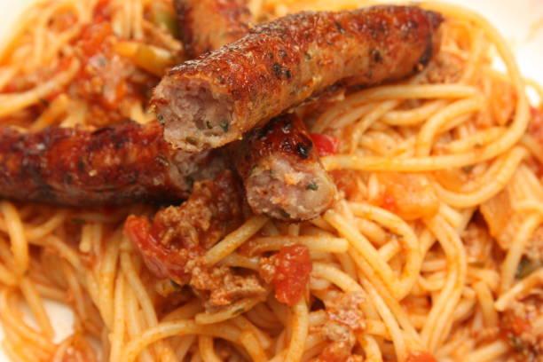spaghetti bolognese chipolata - pasta deli stock-fotos und bilder