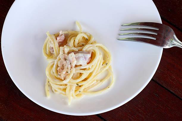 spaghetti cabonara auf weiss gericht. - pasta cabonara stock-fotos und bilder