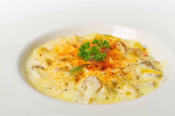 spaghetti carbonara weiße rahmsauce hautnah auf weißem hintergrund - pasta cabonara stock-fotos und bilder