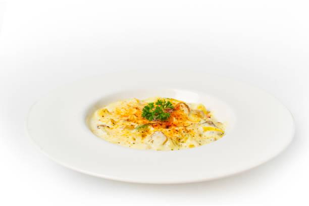spaghetti carbonara weiße sahne-sauce auf weißem hintergrund - pasta cabonara stock-fotos und bilder