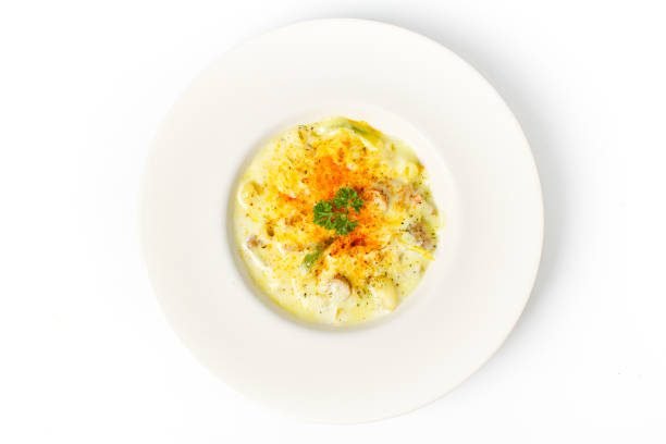 spaghetti carbonara weiße rahmsauce draufsicht auf weißem hintergrund - pasta cabonara stock-fotos und bilder