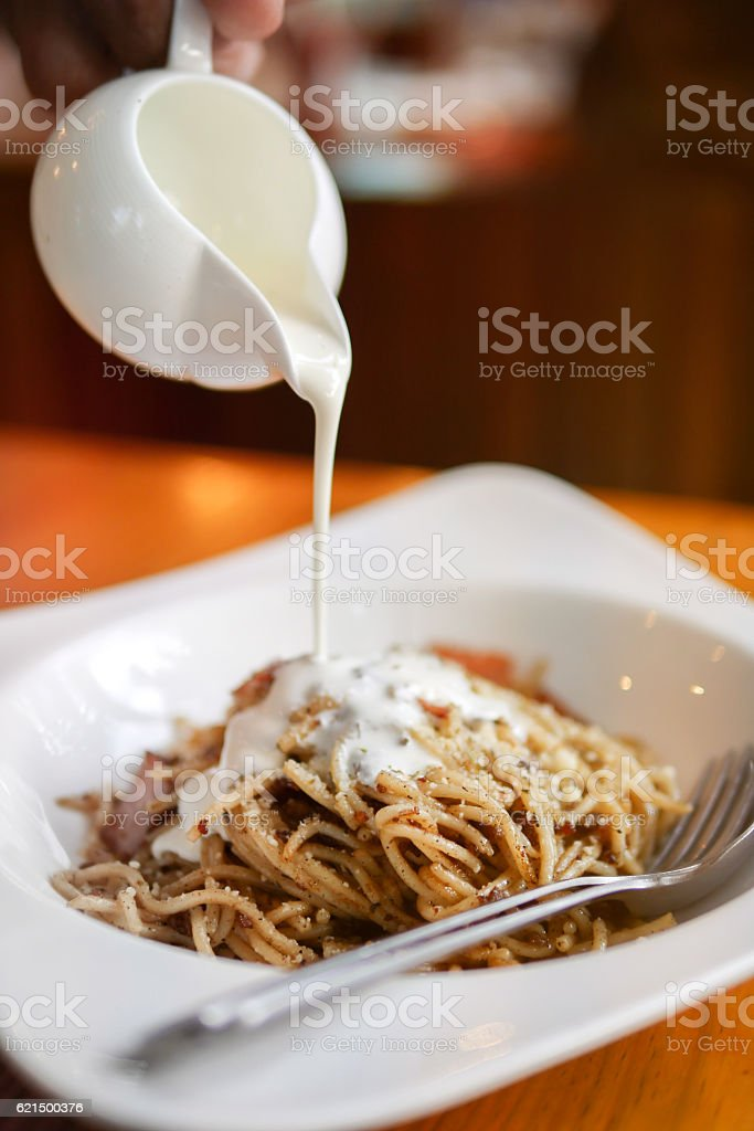 Spaghetti carbonara with bacon and basil on a plate photo libre de droits