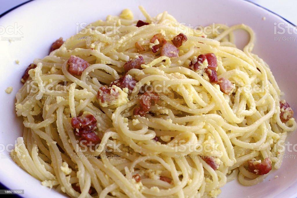spaghetti alla carbonara, Bacon uova piatti tipici italiani - foto stock