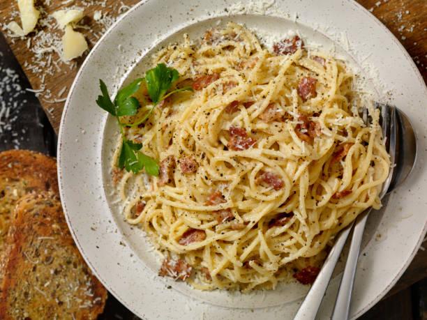 Spaghetti Carbonara mit Knoblauchbrot – Foto