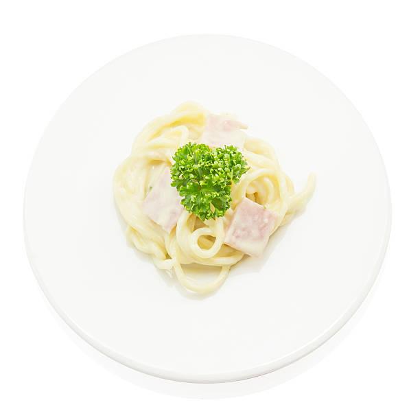 spaghetti carbonara mit schinken, italienische speisen auf aufsicht - pasta cabonara stock-fotos und bilder