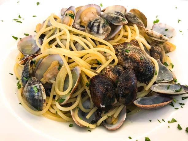 spaghetti med riktiga musslor - pasta vongole bildbanksfoton och bilder