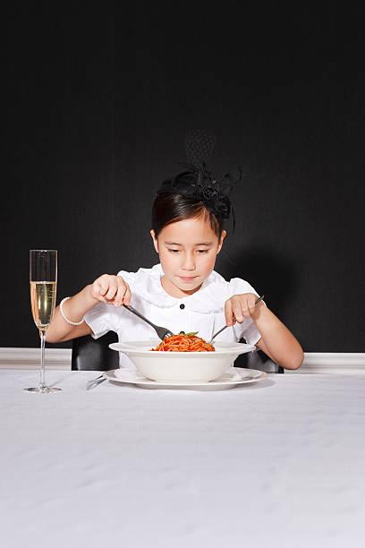 spaghetti galore - bordsskick bildbanksfoton och bilder