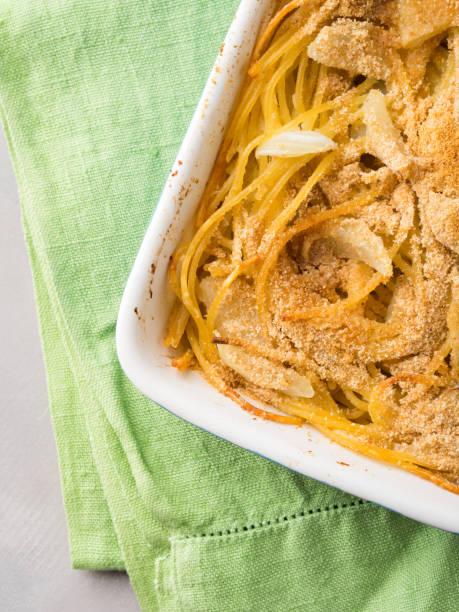 spaghetti-gratin mit fenchel und parmesan-käse - fenchel überbacken stock-fotos und bilder