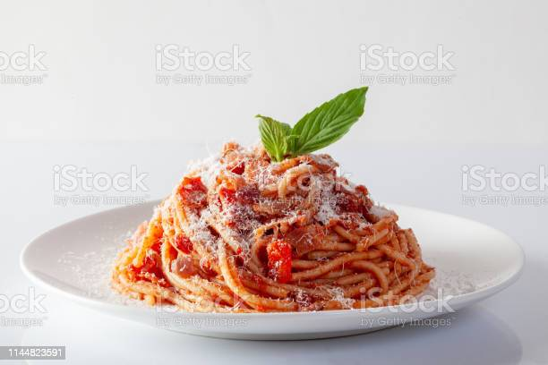 Spaghetti In A Dish On A White Background - Fotografie stock e altre immagini di Acciuga