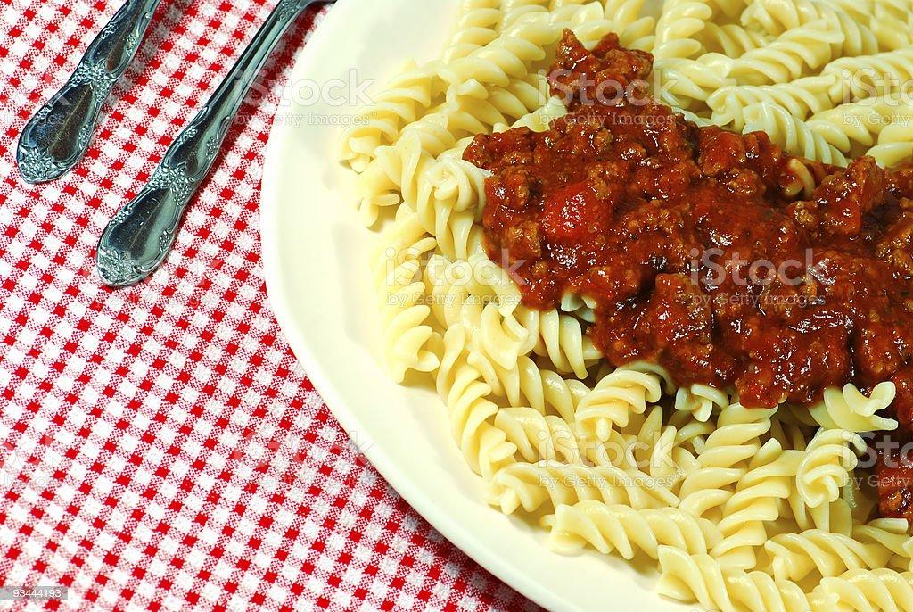 spaghetti mit Fusilli-Nudeln und Fleisch-Soße Lizenzfreies stock-foto