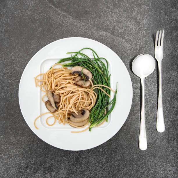 spaghetti pilze mönche bart pflanzliche nahrung hintergrund - schwarzwurzeln kochen stock-fotos und bilder