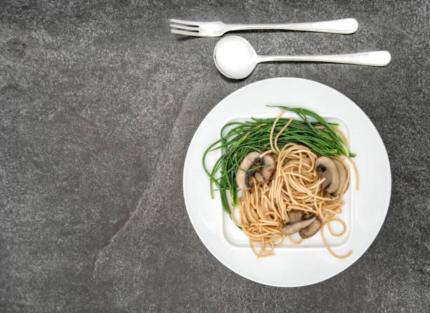 spaghetti pilze gemüse essen hintergrund - schwarzwurzeln kochen stock-fotos und bilder