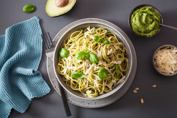 spaghetti pasta mit avocado basilikum-pesto-sauce - spaghetti mit spinat stock-fotos und bilder