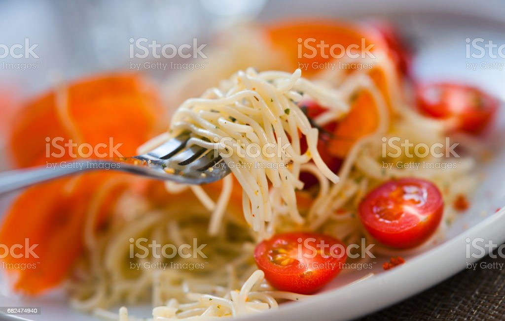 Spaghetti pasta with fresh cherry tomatoes, pepper and fork foto stock royalty-free