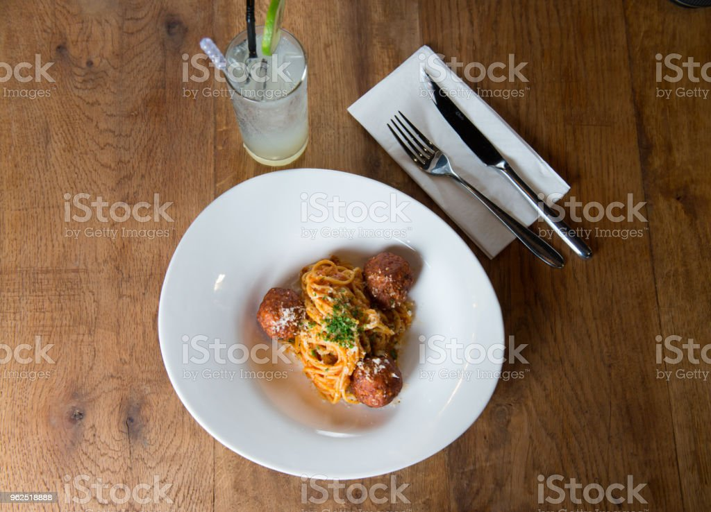 Coloque o macarrão espaguete com almôndegas e molho de tomate plana - Foto de stock de Almoço royalty-free