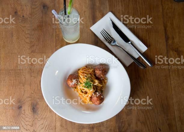 Foto de Coloque O Macarrão Espaguete Com Almôndegas E Molho De Tomate Plana e mais fotos de stock de Almoço