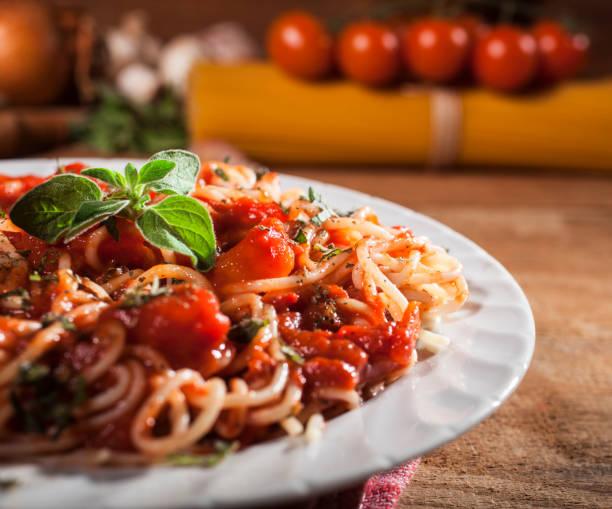 spaghetti nudeln mit fleischbällchen - spaghetti tomatensauce stock-fotos und bilder