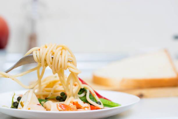 spaghetti - spaghetti mit lachs stock-fotos und bilder