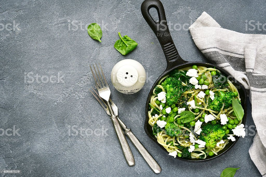 Spaghetti  primavera with green spring vegetables and feta cheese.Top view. Lizenzfreies stock-foto