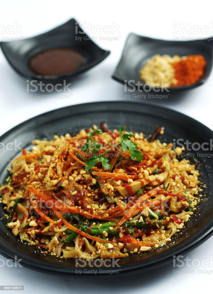 Spaghetti ramen noodle pasta  with carrot and peanuts on black dish foto de stock royalty-free