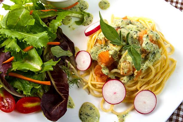 spaghetti-lachs - spaghetti mit lachs stock-fotos und bilder