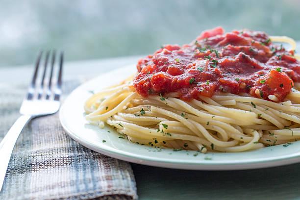 spaghetti mit tomaten-sauce - spaghetti tomatensauce stock-fotos und bilder