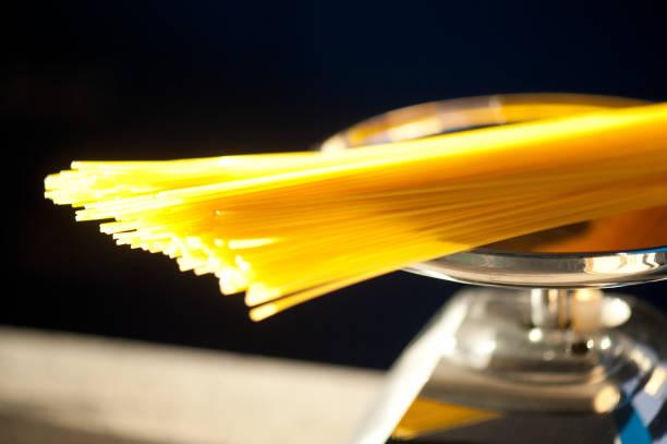 spaghetti typ italienische pasta auf ein ausgewogenes verhältnis - abnehmen leicht gemacht stock-fotos und bilder