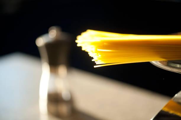 spaghetti typ italienische pasta auf ein gleichgewicht mit salz auf hintergrund - abnehmen leicht gemacht stock-fotos und bilder