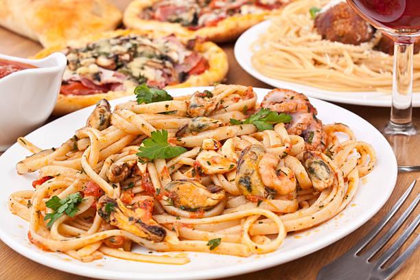 spaghetti vongole on a white plate - pasta vongole bildbanksfoton och bilder