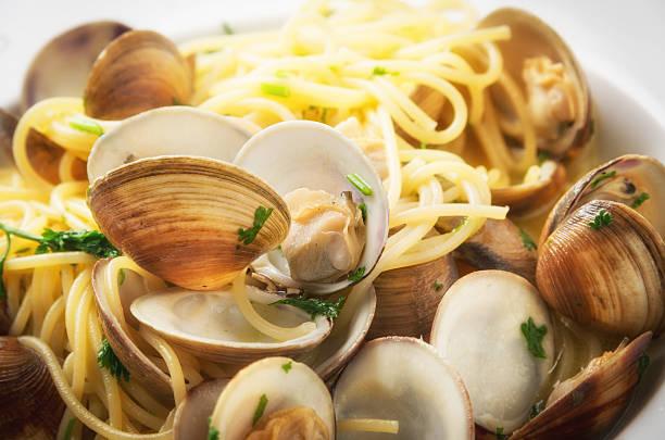 spaghetti vongole - pasta vongole bildbanksfoton och bilder