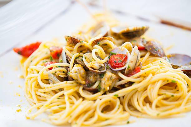 spaghetti with clams, bottarga and fresh tomatoes - mięczak zdjęcia i obrazy z banku zdjęć