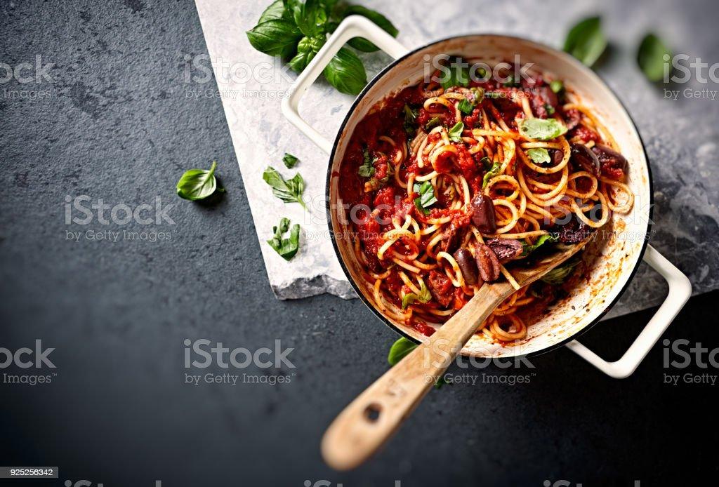 Spaghetti With Fresh Tomato Sauce Kalamata Olives And Basil