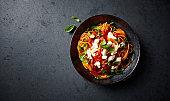 スパゲッティ新鮮なトマト、モッツァレラとバジルを (上記から見られる)