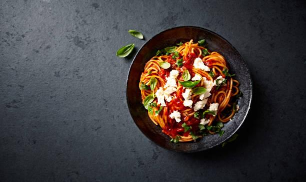 espaguete com molho de tomate fresco, mussarela e manjericão (visto de cima) - comida italiana - fotografias e filmes do acervo