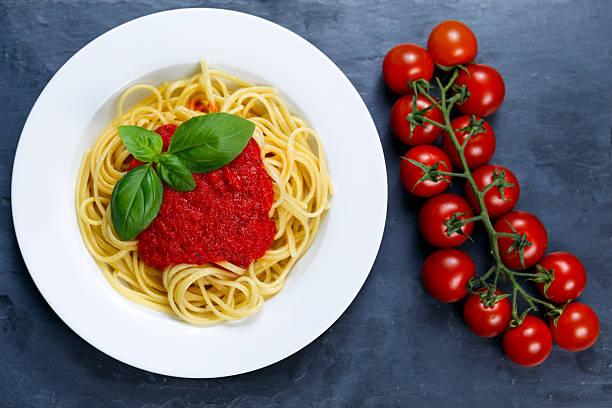 spaghetti mit tomatensauce und basilikum auf der oberseite - spaghetti tomatensauce stock-fotos und bilder
